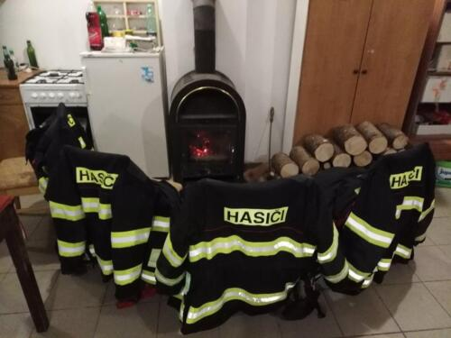 Sraz duchů hasičů kolem kamen :D ( sušíme obleky)