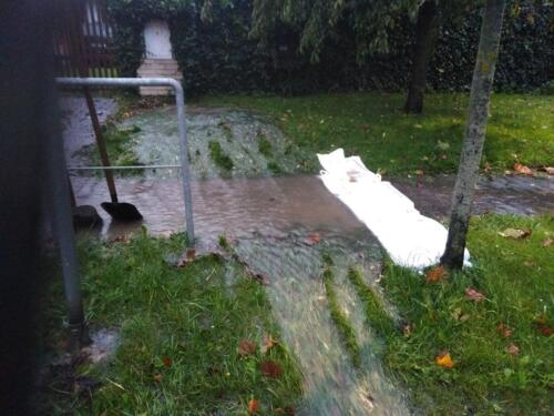 Výtok vody z potoka v Běstvině. Zamezení podemletí chodníku vodou